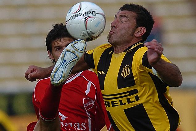 Los números de Rentistas-Peñarol. Gabriel Cedrés e Ibarra por el balón.