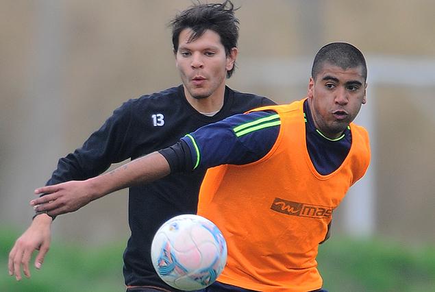 Pelota dividida entre Mieres y Gorosito en el choque entre Racing y Sud América.