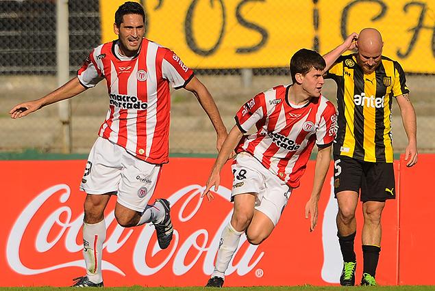 El festejo darsenero en el gol de Leandro Rodríguez de cabeza, Marcel Novick lo sufre y Sebastián Taborda celebra.