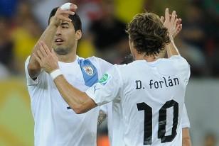 Luis Suárez y Diego Forlán, máximos goleadores de la selección uruguaya.