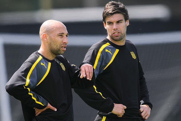 Baltasar Silva trabajando en cancha junto a Gonzalo Viera, en el movimiento de fútbol.