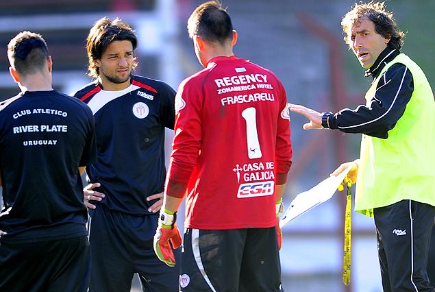 El técnico Guillermo Almada junto a los jugadores y Gabriel Marques, que está recuperado.