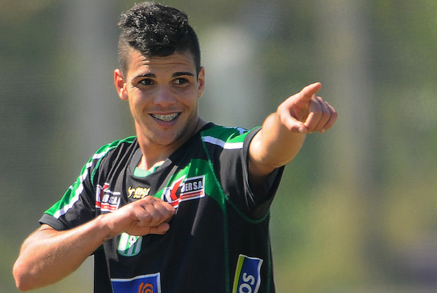 Agustín Gutiérrez celebra y dedica su gol, el segundo de Racing.