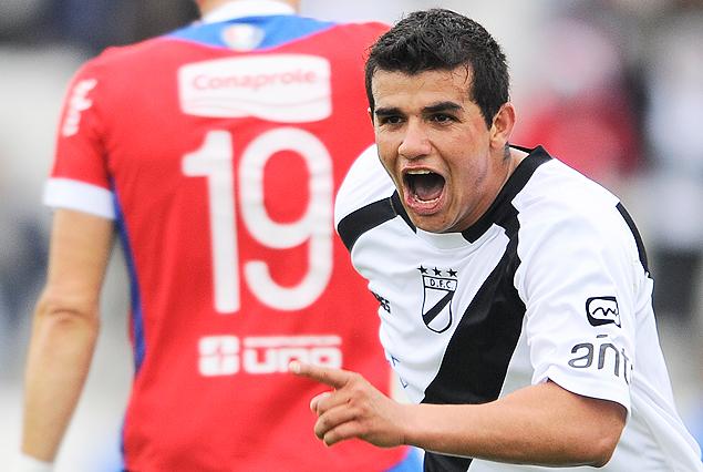Segundo gol de Danubio. Líber Quiñones se llena la boca de gol, Andrés Scotti le da la espalda a la desilusión.