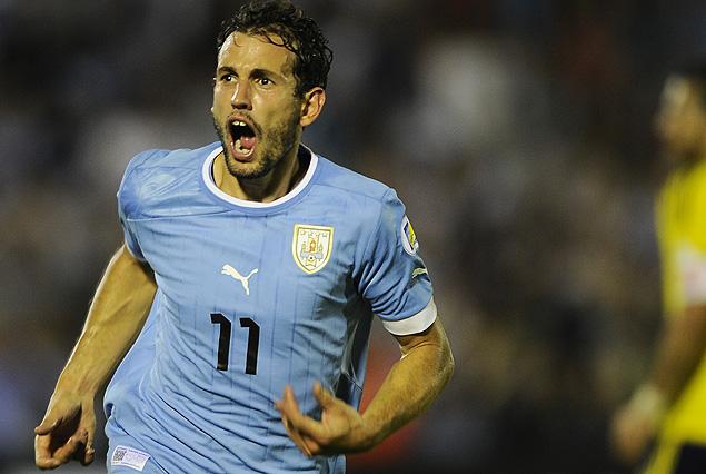 Christian Stuani se llena la boca de gol en el festejo del segundo tanto uruguayo.