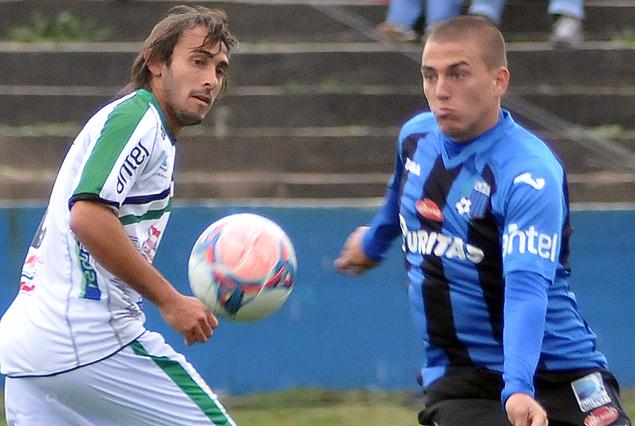 Gastón Puerari no llega y Christian Almeida se lleva el balón.