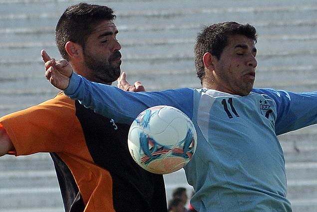 Edgar Martínez y Líber Quiñónes luchan por el balón en el amistoso jugado entre Danubio y Sud América.