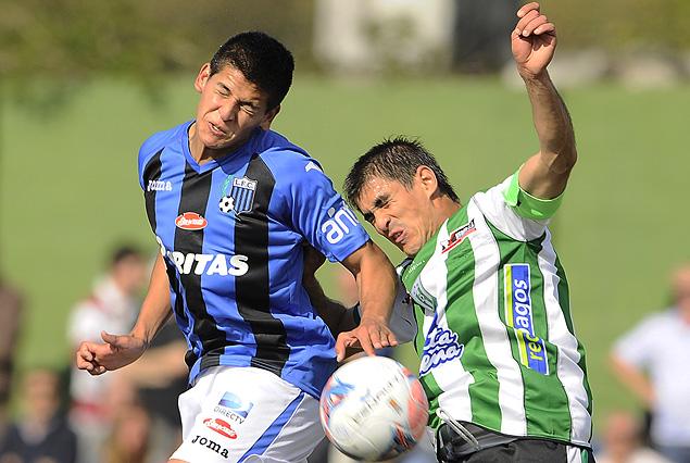 Francisco Barceló y Rodrigo Brasesco disputan la pelota en el Roberto.