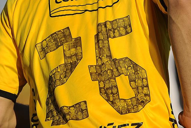 Los rostros de los 507 socios en los números de las camisetas que lucieron los jugadores de Peñarol.