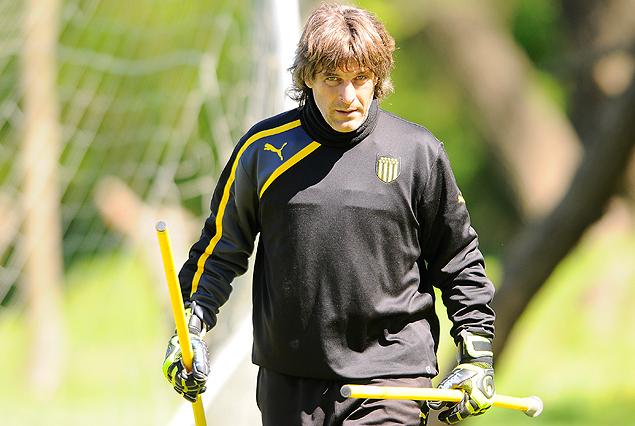 """Oscar Ferro, el """"Gallego"""", volvió a Los Aromos como entrenador de arqueros en el cuerpo técnico de Jorge Goncalvez: """"el arco de Peñarol está bien cubierto; para nosotros estar acá es como sentirse en el Vaticano""""."""