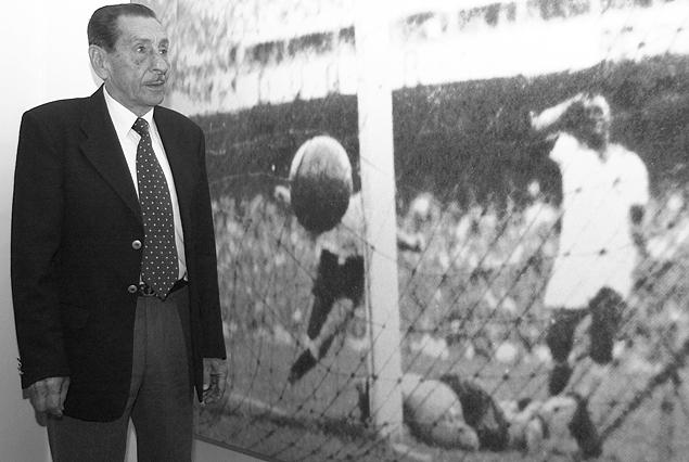 """Alcides Edargdo Ghiggia frente a la fotografía de su gol. """"El gol del Siglo""""."""