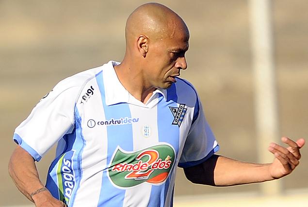 Gustavo Varela, una de las figuras ante Peñarol, terminó con fatiga muscular.