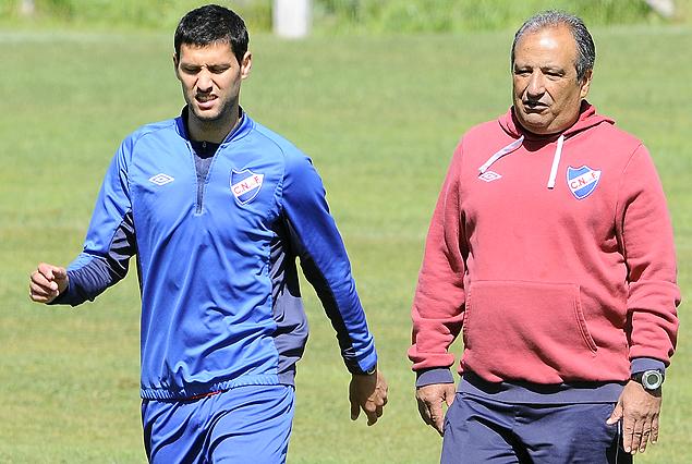Ignacio González con Walter Ferreira. El volante, sigue sintiendo molestias.