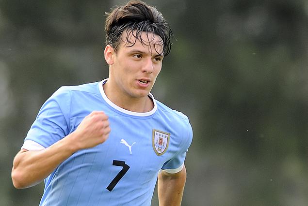 Leandro Otormin en carrera a la red para la victoria de Uruguay 1:0 a Eslovaquia.