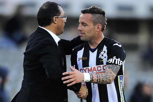 Pablo Labandeira, en el momento de abandonar la cancha frente a Peñarol, saludado por el técnico Alfredo Arias.