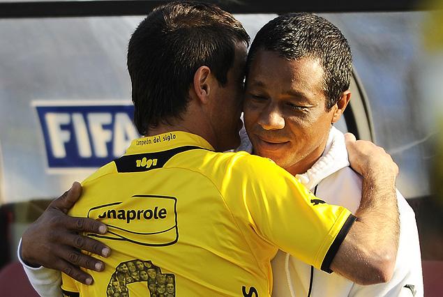 """Antonio Pacheco y el abrazo con Héctor """"Samanta"""" Rodríguez, hermano de Darío y colaborador de Alfredo Arias en Wanderers."""