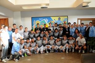 Los integrantes de la Seleccion Sub-15 posan junto a Páez Vilaró delante del mural.