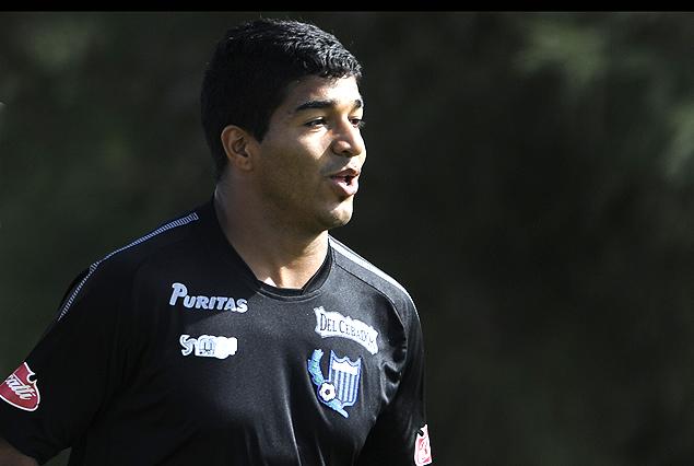 Rodrigo Aguirre en el ataque de los negriazules.