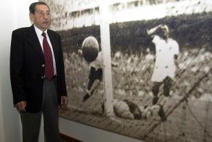 Alcides Edgardo Ghiggia, el héroe del Maracanazo, en la imagen eterna del gol para la historia que luce en el Museo del fútbol.