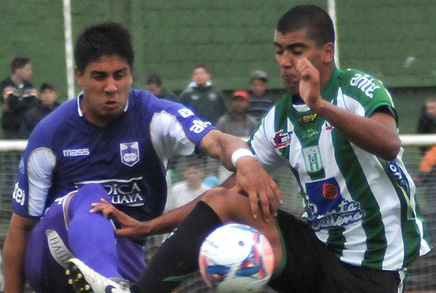 Mano a mano entre Ramón Arias y Luis Gorocito en el choque entre Racing y Defensor Sporting.