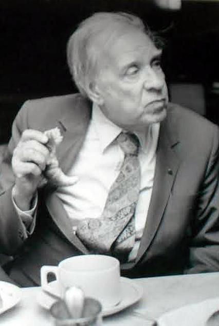 Jorge Luis Borges captado en una toma extraña, durante una visita a Montevideo varios años antes de su muerte. Fotografía de Andrés Fernández.