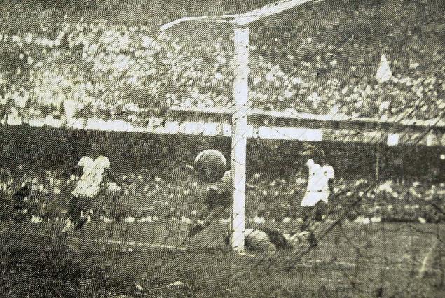 El gol del Maracanazo. Alcides Edgardo Ghiggia aparece semi tapado, la pelota en la red, los jugadores brasileños se lamentan y silencio absoluto en el estadio brasileño.