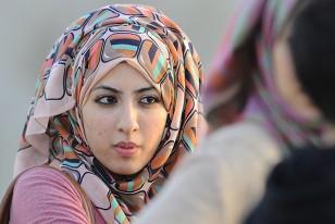Coquetería femenina en la utilización del manto para taparse solo la cabeza, dejando en evidencia que es religiosa, practicante del islam, pero no tanto.
