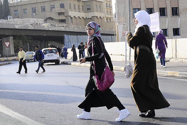 Estas dos mujeres árabes con su cuerpo casi totalmente tapado muestran con su vestimenta un compromiso elevado con la religión. Las hay aún en mayor grado. Son las que también se tapan la cara, dejando solo un pequeño rectángulo abierto para los ojos.