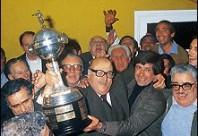 Juan Martín Mugica, DT de Nacional Campeón de América y del Mundo en 1981 levanta la Copa con el Presidente Dante Iocco.