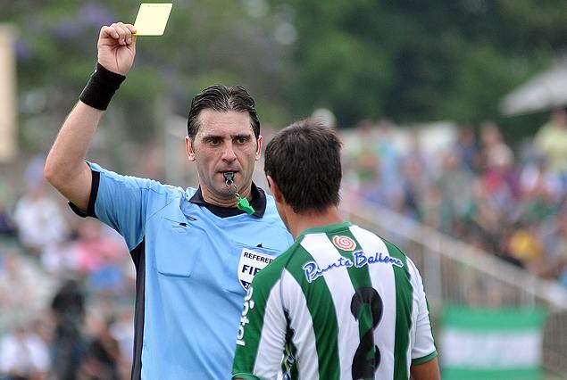 Rodrigo Brasesco recibió la quinta tarjeta amarilla, por lo que quedará al margen.