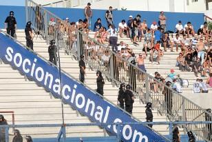 """Efectivos policiales ubicados en el """"pulmón"""" de la tribuna Héctor Scarone."""