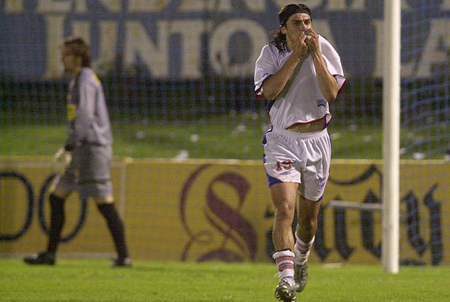 Alexander Medina y el festejo de su tercer gol en el Parque Artigas de Paysandú, por la Copa Uruguay Natural, el 1° de febrero del 2004. Federico Elduayen el arquero vencido.