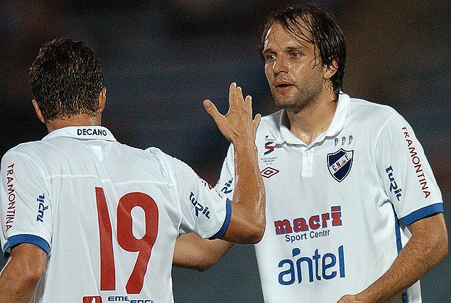 El norteño Jadson Viera, es saludado por Scotti, tras anotar el único gol del partido con el que Nacional consiguió el último triunfo frente a Peñarol en un Torneo de Verano. Fue la noche del 19 de enero del 2012, 1:0 por la Copa Antel.