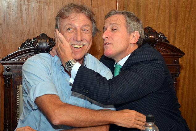 El Esc. Edgar Welker, vicepresidente y Juan Pedro Damiani, presidente, dejaron la polémica para las cámaras en el Consejo Directivo y se dieron un abrazo.