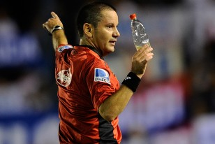 Roberto Silvera muestra en su mano derecha la botella de plástico que cayó en el área de Danubio.