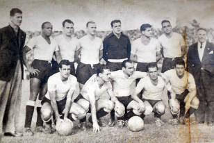 El equipo de Uruguay con Juan López y el Prof. Romeo Vázquez antes del partido despedida en el EStadio Centenario ante un equipo alemán. Uruguay ganó 5:1 y allí está Borges de puntero izquierdo.