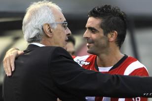 Jorge Fossati y Williams Martínez en abrazo de amigos.
