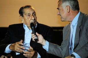 Alcides Edgardo Ghiggia en el interdialogado que realizó con Atilio Garrido en el escenario principal ubicado frente a la tribuna Amèrica.