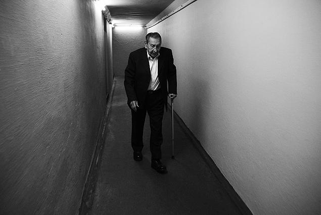 Alcides Edgardo Ghiggia recorriendo el túnel rumbo a la cancha del Centenario, donde volvió a ser ovacionado por el público uruguayo. El autor del gol del siglo XX camino a la gloria.