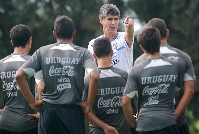 """Santiago """"Vasco"""" Ostolaza en el comienzo del trabajo dirigiendo a la Selección Juvenil Sub 17."""