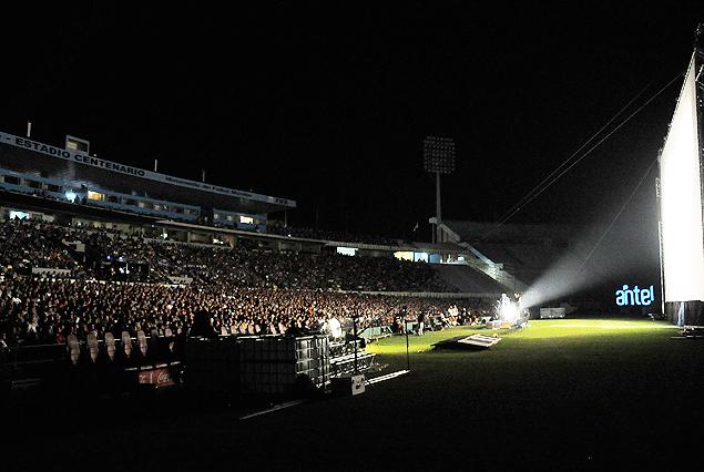 Una espectacular vista nocturna de la tribuna y platea Amèrica, repletas con la gigantesca pantalla en primer plano.