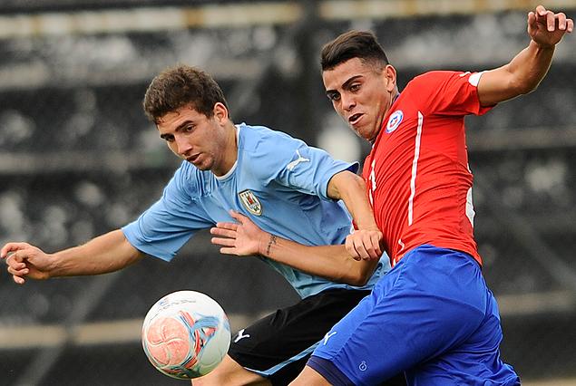 Enrique Etcheverry, el autor del gol, gana la posición.