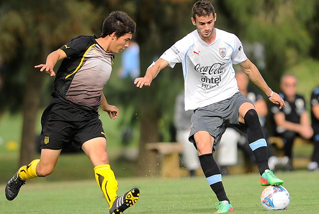 Gastón Pereiro maniobra ante la marca aurinegra, en el entrenamiento de fútbol que realizó la Selección Sub 20.