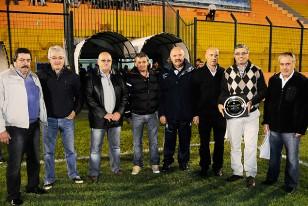 Los integrantes del Consejo Unico Juvenil de la AUF le entregaron una plaqueta al Director de deportes de la Intendencia de Maldonado.