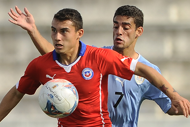 El chileno Iván Pardo controla la pelota ante la presión de Marcelo Martínez.