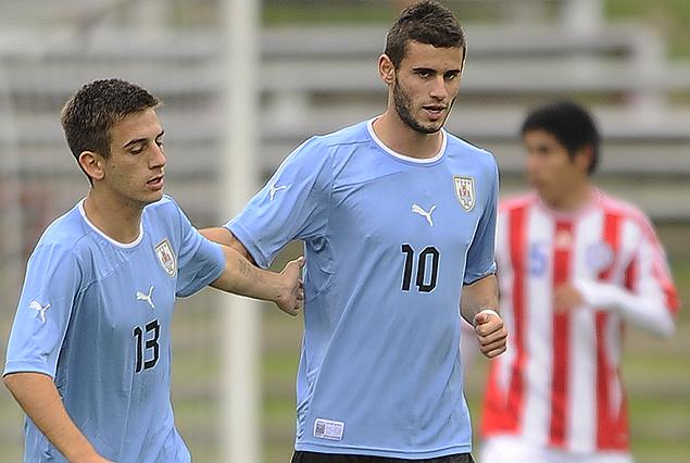 Facundo Boné, autor del gol celeste, festeja con Gastón Pereiro. Uruguay le ganó a Paraguay.
