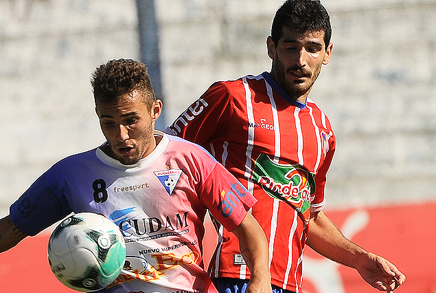 Federico García en el control de la pelota  y William Klingender en el intenso empate 2:2.