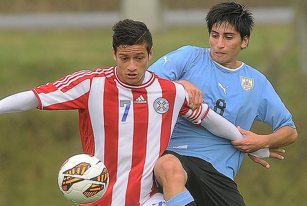 Franco Pizzichillo en la presión sobre el volante de Paraguay.