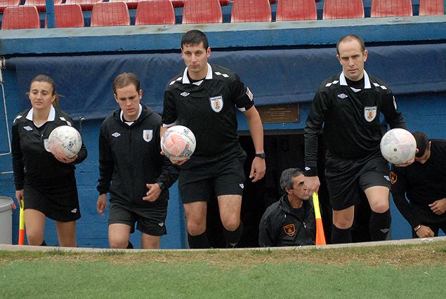 El partido demoró 30 minutos en comenzar porque no llegó la guardia policial para la terna arbitral.