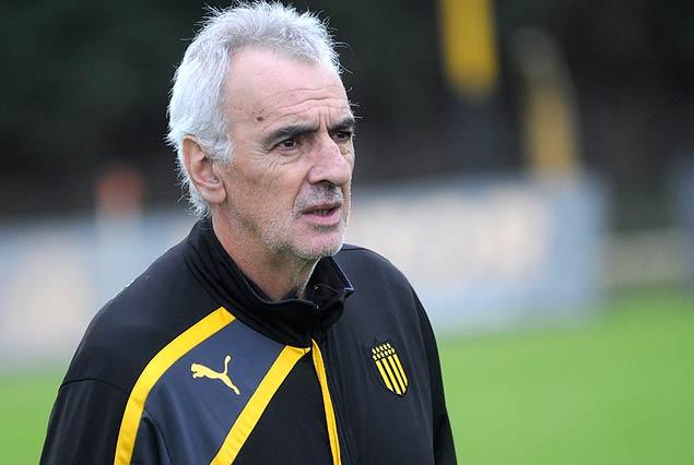 Jorge Fossati, el técnico de Peñarol, habló desde Solanas de la sanción a Luis Suárez.
